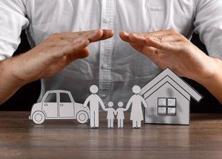 photo de main qui protègent une famille, un maison et une voiture
